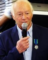 Remise de médaille à Claude Pascal